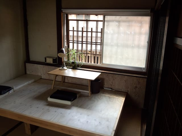 You can work easy to spread with files or documents at this space when don'n use a futon.