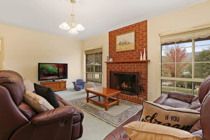 Alpine Mist - Spacious 5 bedroom home - two wood fires and family friendly