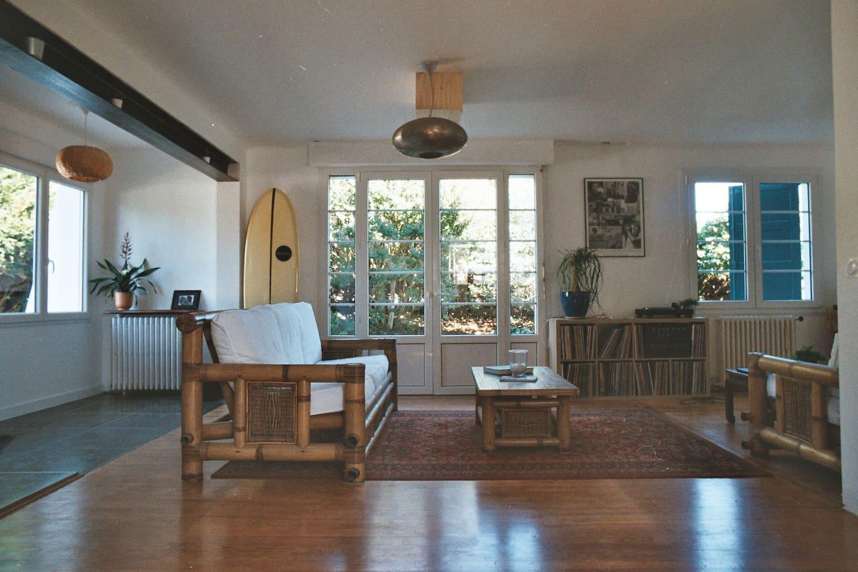 Grand living room avec bibliothèque, vidéoprojecteur et platine vinyl pour se relaxer