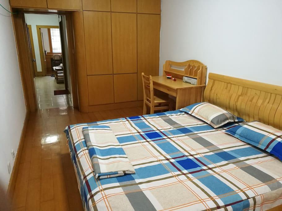大卧室一张1.8米大床
