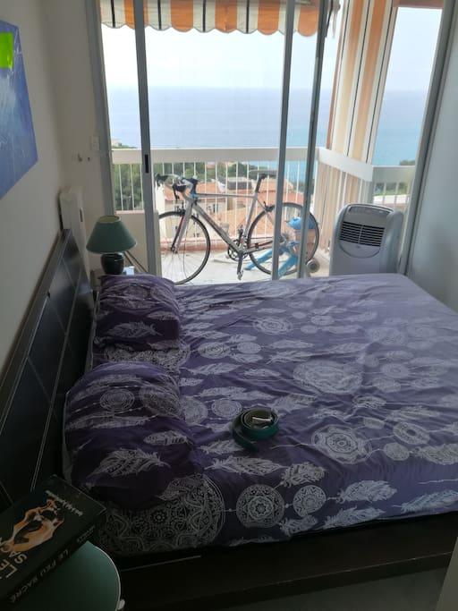 une chambre avec lit en 160 et climatisation