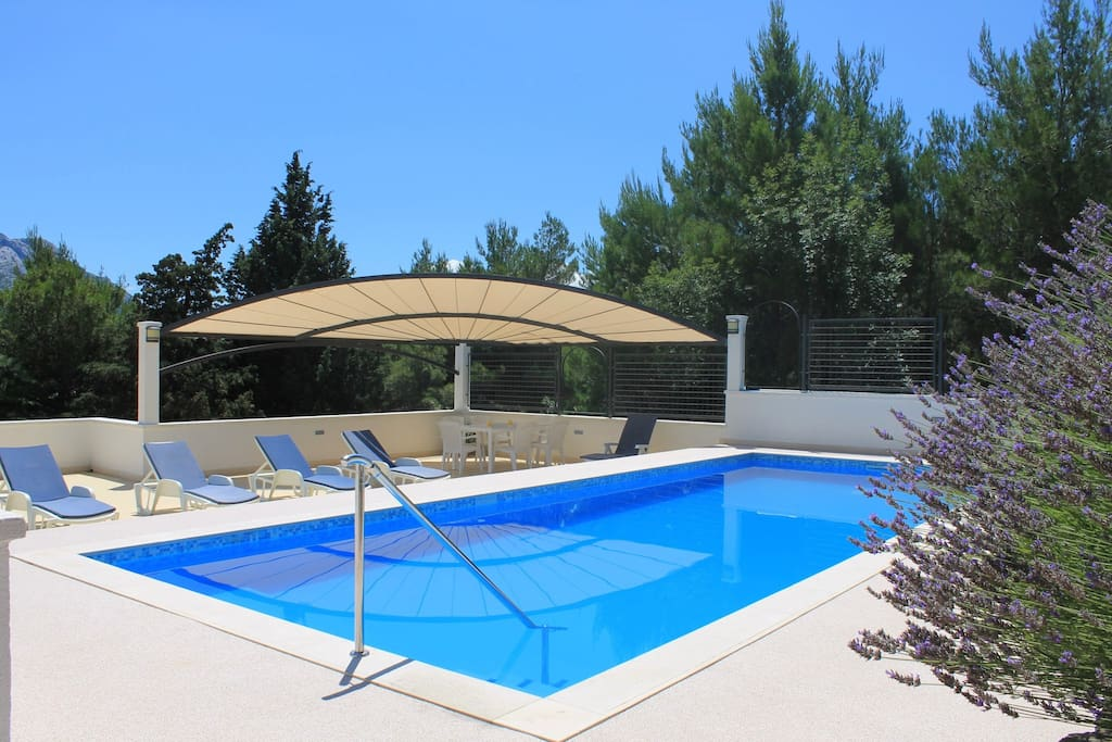 40m2 pool with bench where you can seat and massage your back