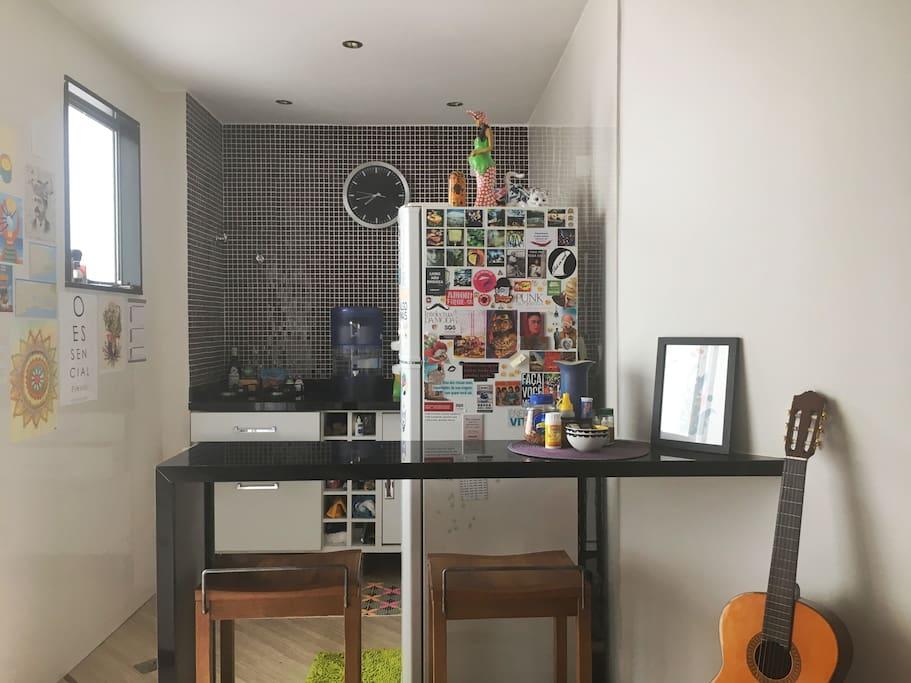 Cozinha equipada (fogão + geladeira + utensílios) // Eqquiped kitchen (stove + refrigerator + utensils)