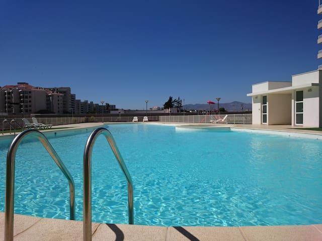 la piscina cuenta con baños, para que no tengas que subir a hacer pipí