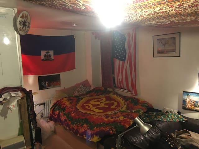 Psychedelic Room in Holland Park/Shepherd's Bush