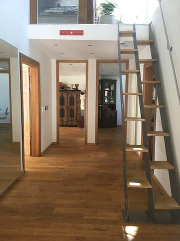 Diele mit Treppe zur Dachtrasse/ Entrance hall with stairs to the roof terrace