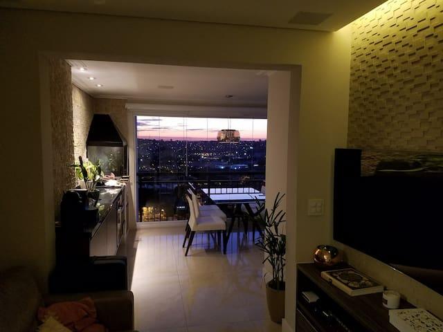 Apartamento moderno com vista para represa