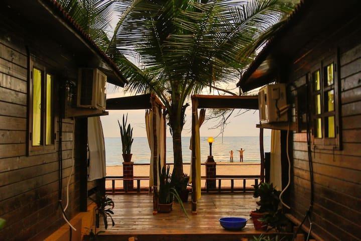 2LUXURY FRONT SEA VIEW HUT WITH AC ON AGONDA BEACH