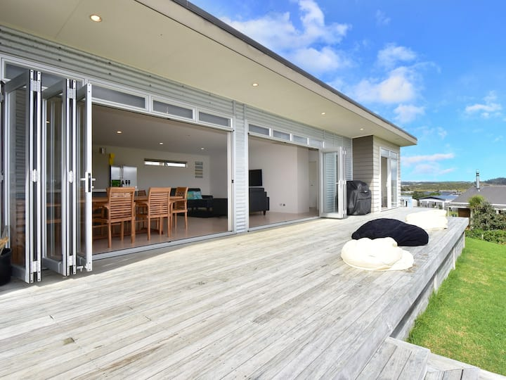 Modern family suntrap with views of Brynderwyns