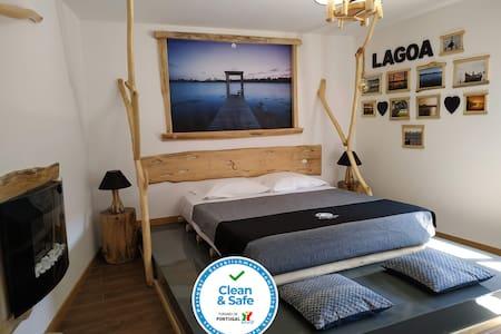 Quarto Duplo com cama de casal e casa de banho privada Double Room with double bed and private bathroom