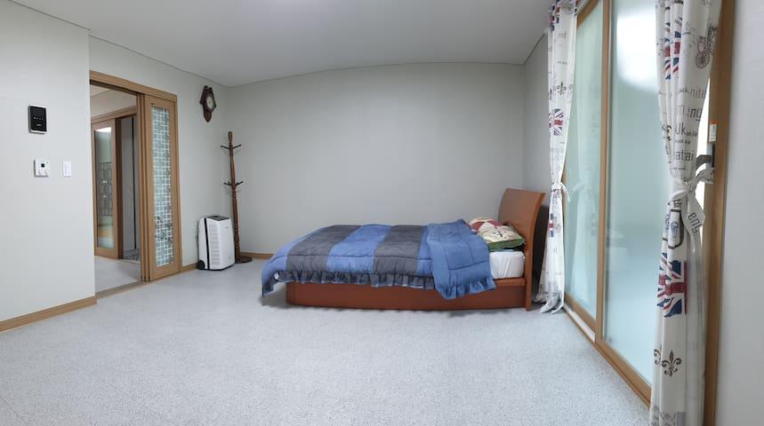 넓고 아늑한  침실