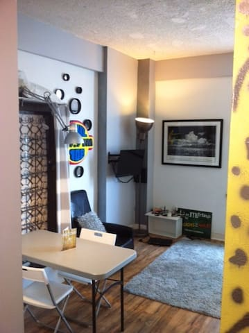 AWESOME SMALL ARTSY STUDIO - Heart of Downtown!
