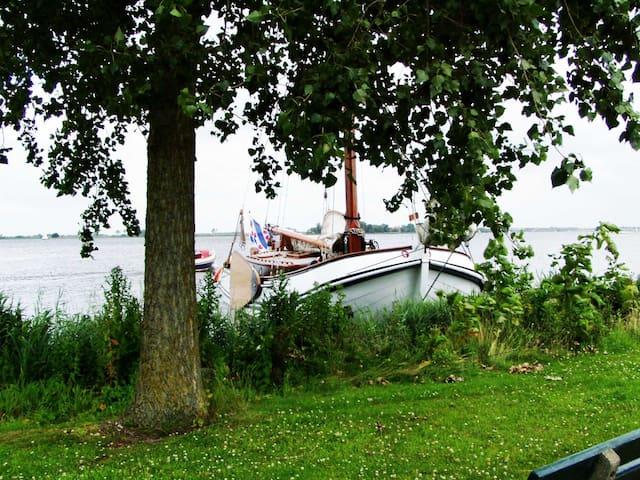 Klassiek zeilschip aan open water in Langweer