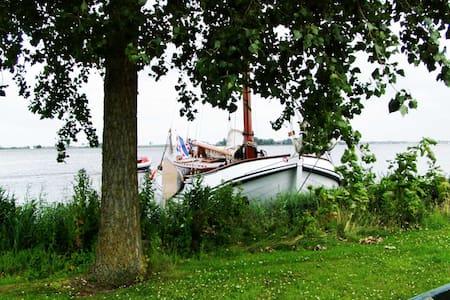 Klassiek zeilschip aan open water in Friesland - Langweer