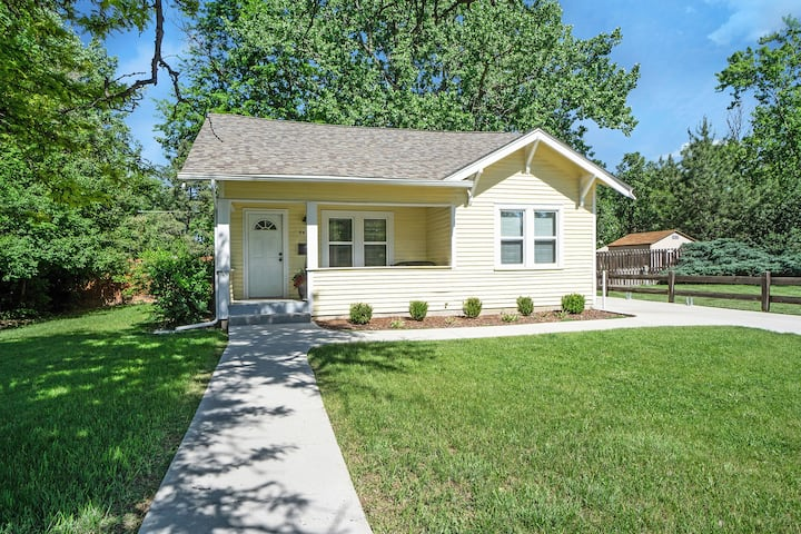 ♥ Charming Cottage w/ Park Like Backyard and AC ♥