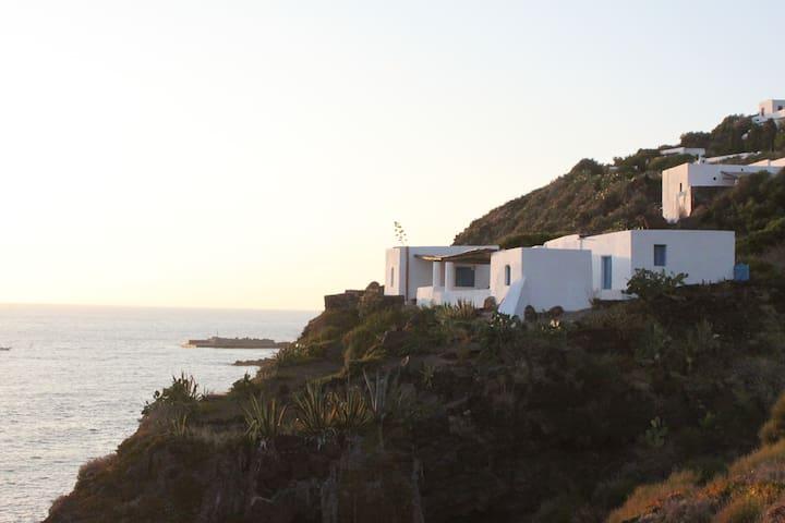 Casa Maria Libera. A picco sulla scogliera - Ginostra - Casa