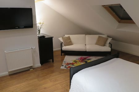 Charming Studio with Private Bathroom near Bonn - Meckenheim - Townhouse