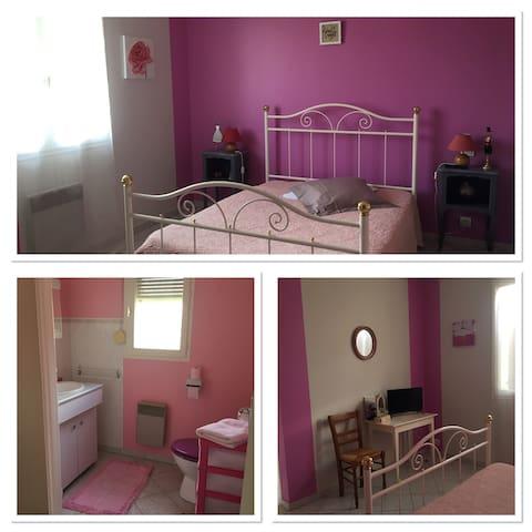 Chambre Rose avec salle de bain privée