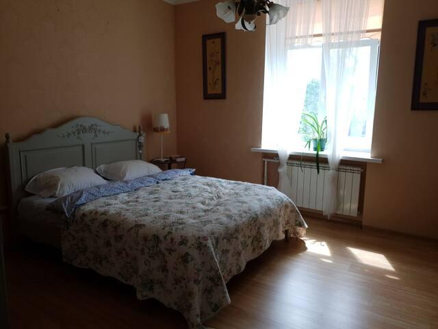 Отдельная спальня с большой двухместной кроватью.