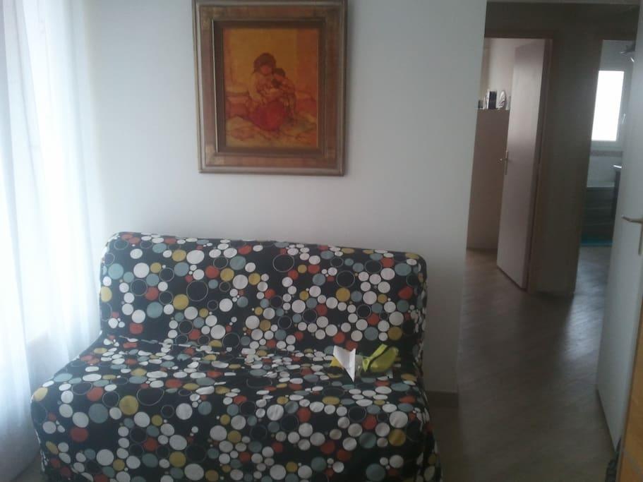 1 clic-clac pour un couchage pour 2 dans la même pièce que la mezzanine.