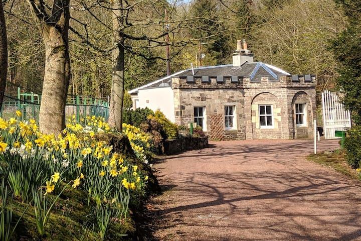 Unique Stone Gatehouse - Luxury Highland Charm!