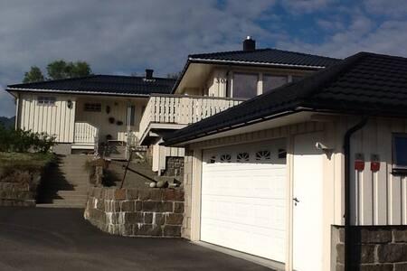 Rolig, med tilgang til sjø og fjell - Kabelvåg - Casa