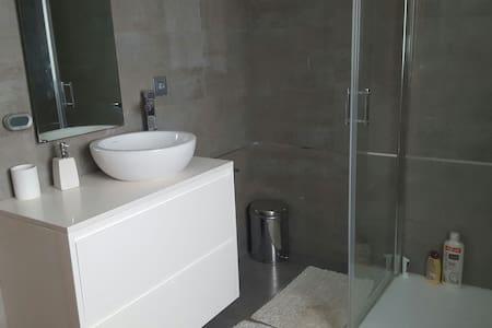 Porto airport 1 double room private bathroom - Vila Nova da Telha - บ้าน