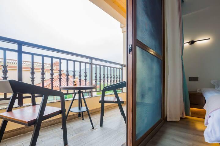 独立阳台舟山朱家尖南沙-HOMESTAY特大床双人房,专属楼层不受打扰。