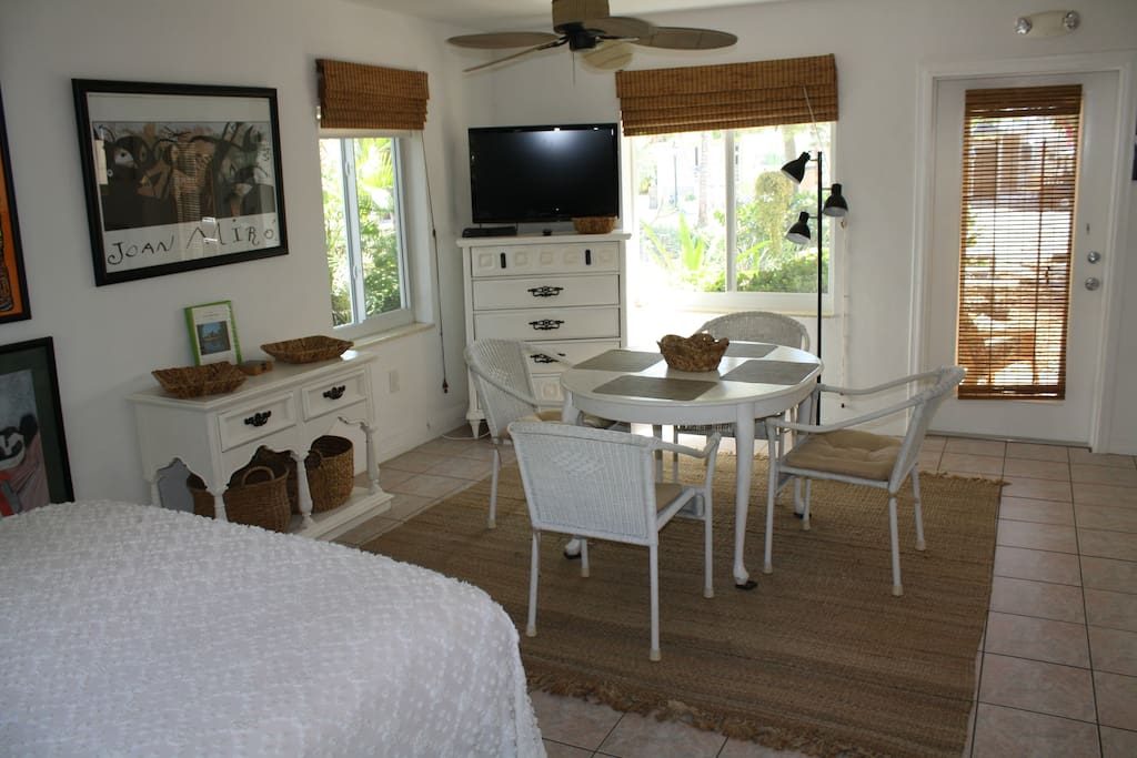 Cable/Satelite TV Queen size bed dining/Living room table with 4 chairs. Satellite TV and internet access.