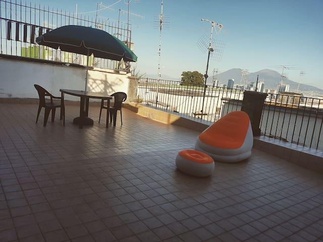 Stanza privata con terrazzo panoramico - Nápoles - Apartamento