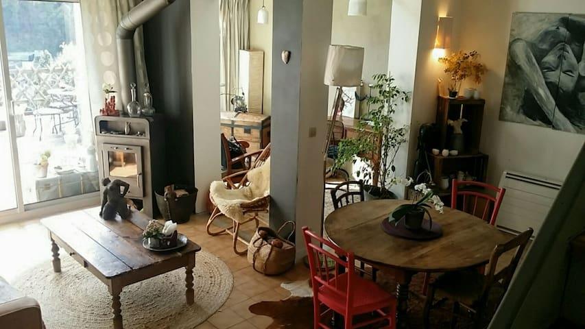 espace de vie : cuisine équipée, salon, espace bureau lecture, donnant plein sud sur la terrasse en bois de 25 M2... espace prolongé sur l extérieur...