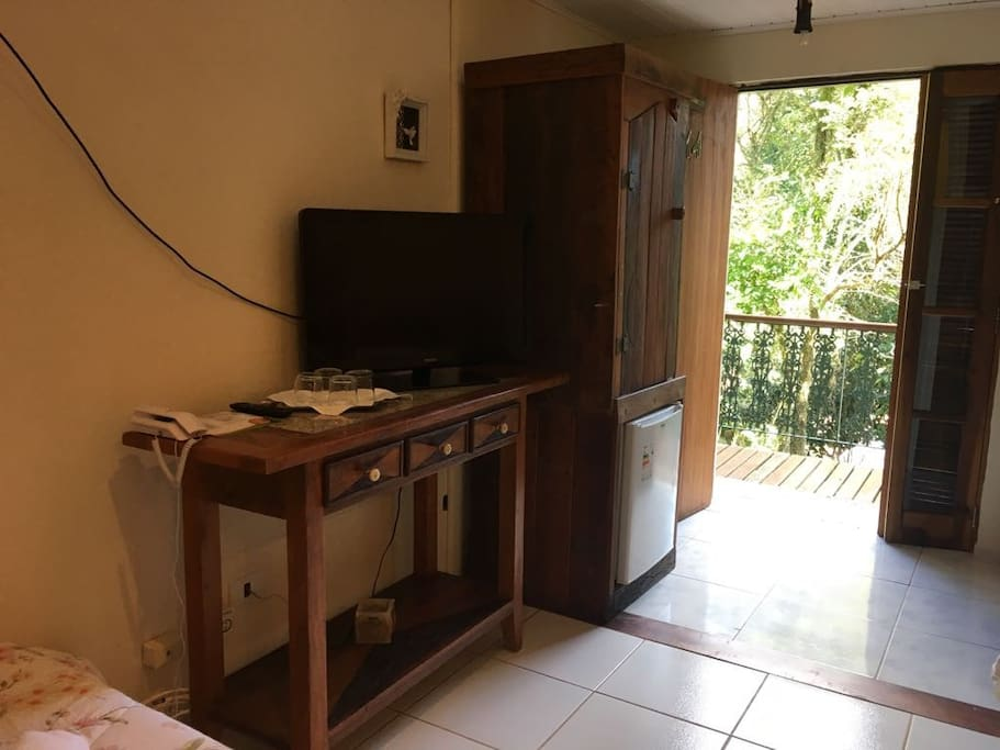 TV e varanda para a piscina