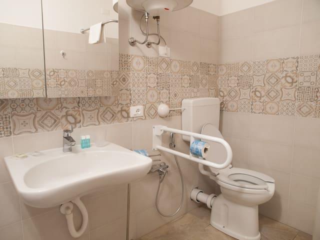 bagno omologato per invalidi, no bidè
