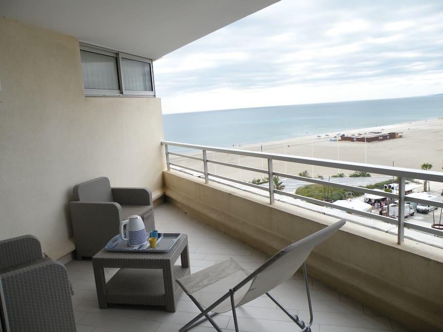 Vue depuis le salon sur terrasse ,  plage et mer