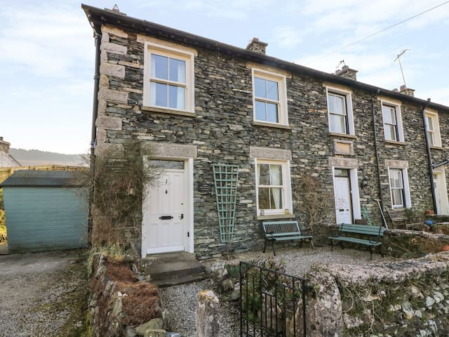 PROSPECT COTTAGE, family friendly in Newby Bridge, Ref 31050