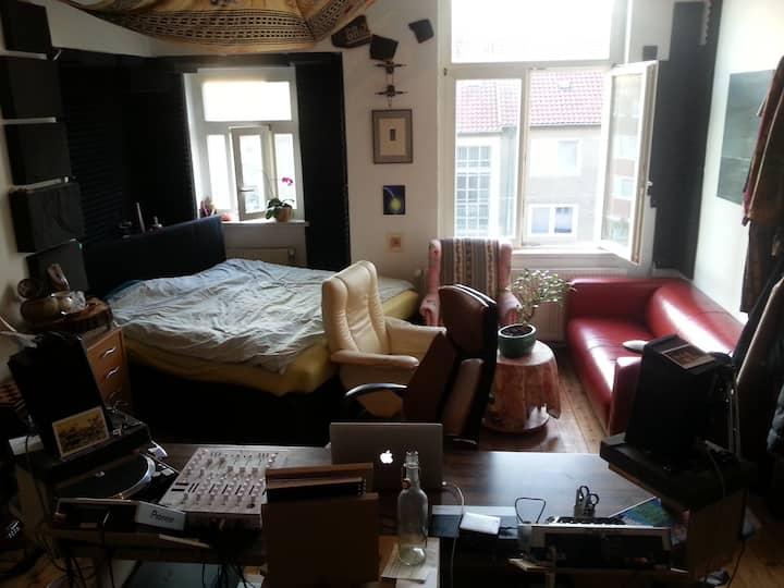 Großes helles gemütliches Erkerzimmer, hohe Decken