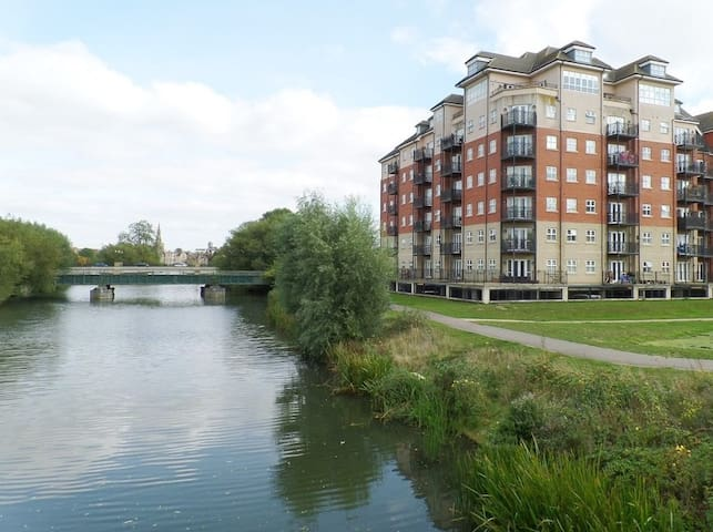 Luxury 2 Bed Apartment near Hospital & Town Centre