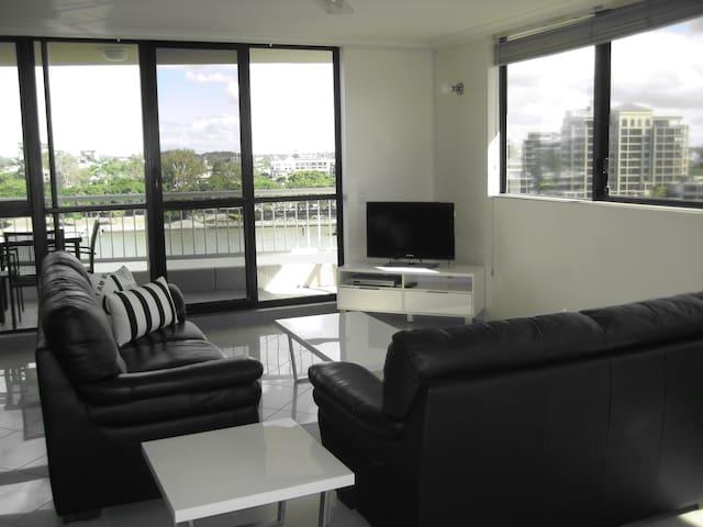 AMAZING RIVER VIEWS IN BEAUTIFUL NEW FARM -3 BDRM - New Farm - Apartemen
