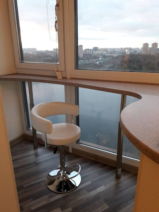 Абсолютно новая стильная квартира c панорамными окнами до пола. - This apartment is stylish, new and shiny, with floor-to-ceiling windows.