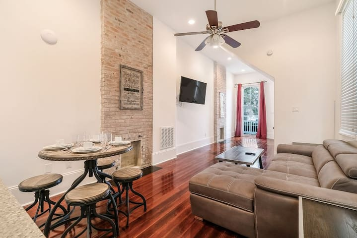 Luxury 2BR on Carondelet by Hosteeva