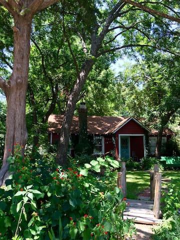 Charming cottage near Arboretum!
