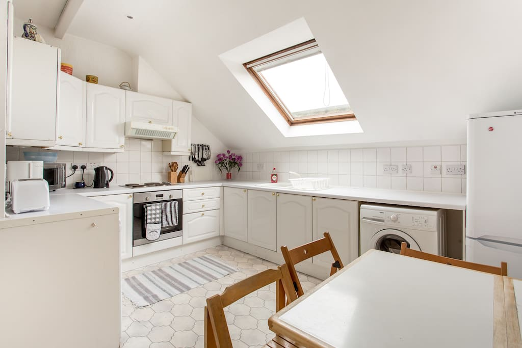 Enjoy your breakfast in this light and bright kitchen with a view onto Calton Hill.