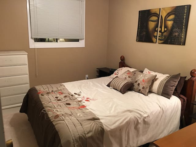 Lovely room in quiet, mature neighbourhood - Barrie