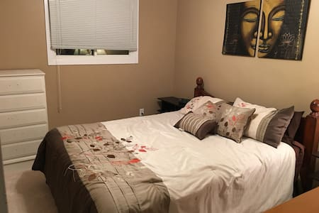 Lovely room in quiet, mature neighbourhood - Barrie - Haus