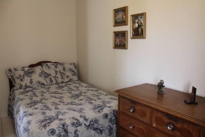 Quarto Renascentista privado com cama de casal.