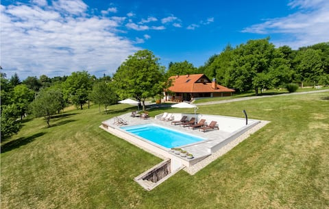 Holiday cottage with 3 bedrooms on 107m² in Glina