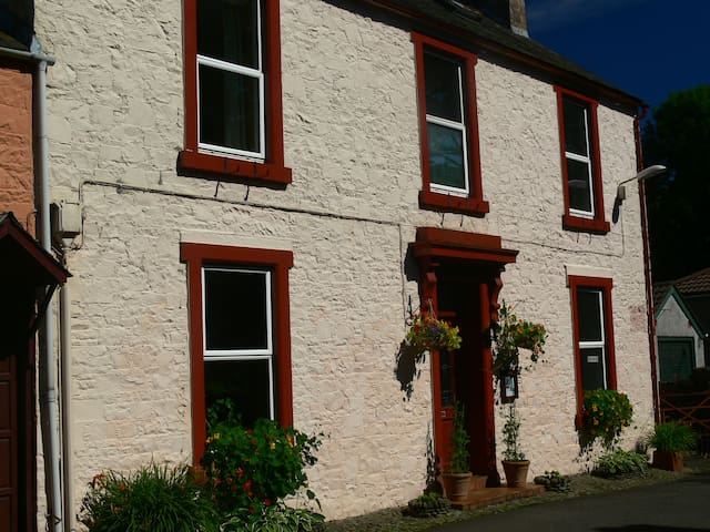 Comfortable twin in cosy home in central Moffat