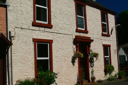 Comfortable twin in cosy home in central Moffat - House