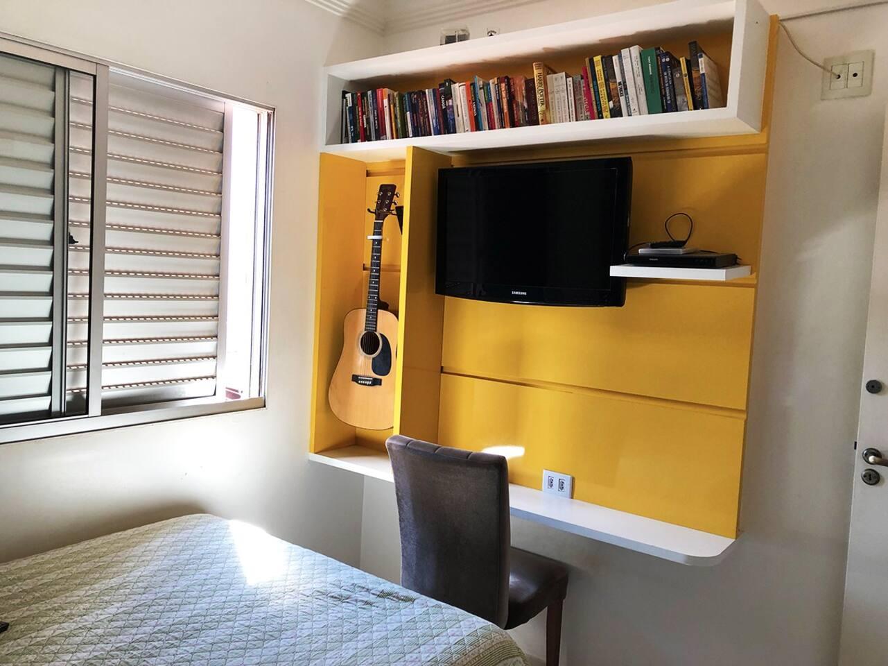 Quarto amplo com TV com Chromecast e DVD