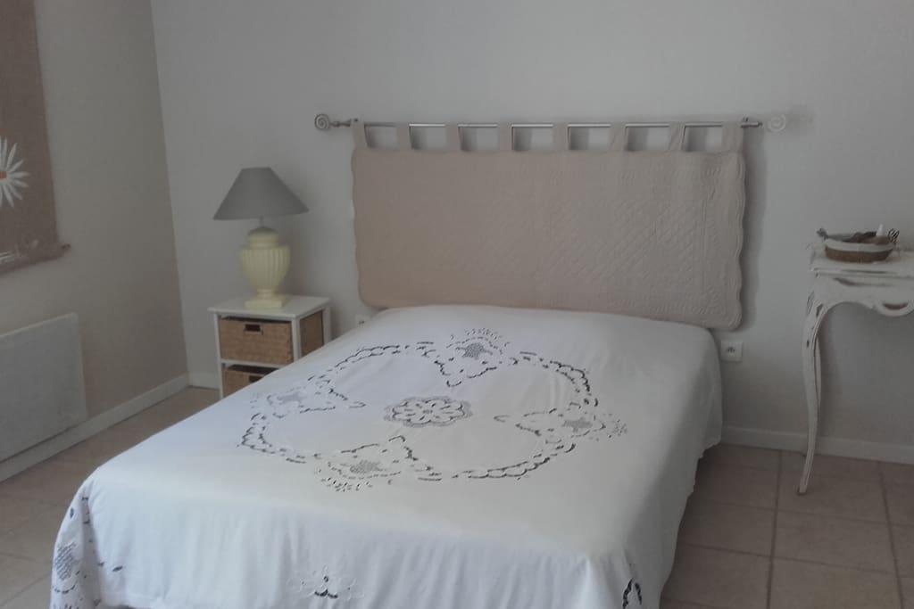 Chambre agréable au calme avec terrasse privée et transat